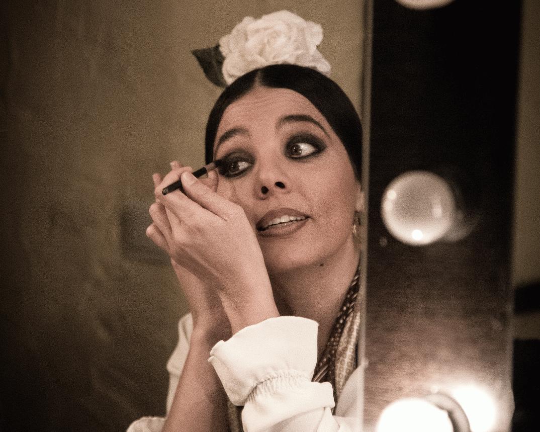 Flamenca maquillándose